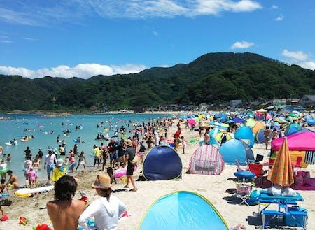 透明度の高い竹野浜は夏は海水浴客で賑わいます