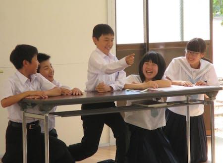 コミュニケーション教育の授業で演じる子どもたち