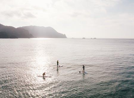 山陰海岸ジオパークの竹野海岸を冒険できる「SUP」