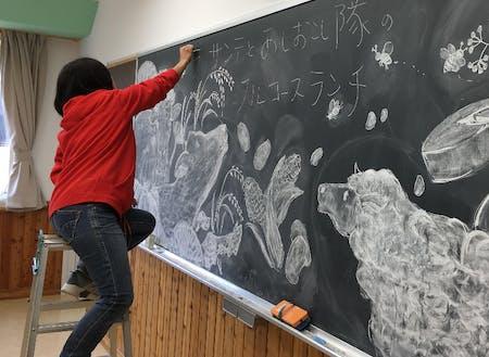 移住して早々黒板アートを手掛ける絵描きさん