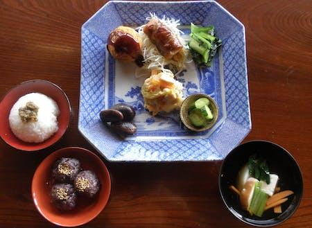 築110年の古民家をリフォームした「指北庵」。郷土料理の食材を使った素朴な料理が人気
