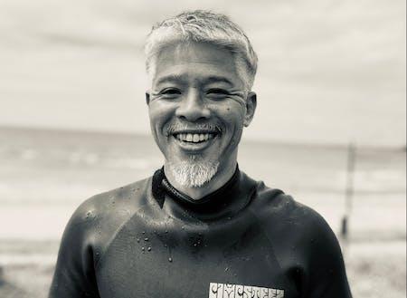 日本海でサーフィンを楽しむ田村さん。見た目からして公務員っぽくないんですけど。