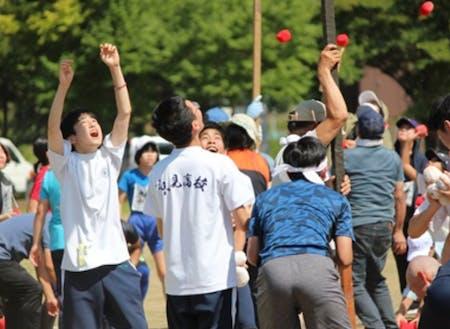 只見町内の運動会で町の方々と交流する高校生たち