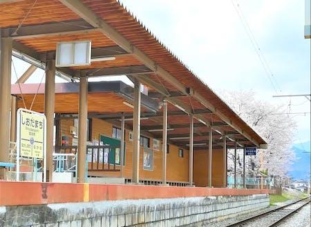 別所線駅舎と桜