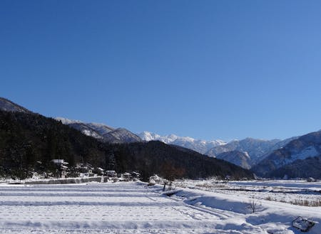 雪と青空のコントラスト!冬の絶景です。