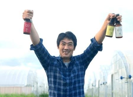 クラフトビールを掲げる三島さん