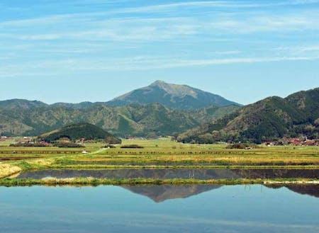 緑豊かな山々に、点在する赤瓦の家々