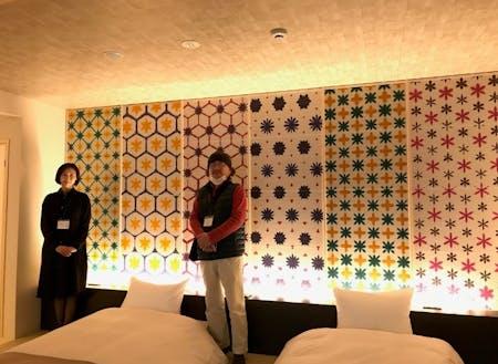 「界 長門」のベットボード 千々松さん(右)と船瀬さん(左)