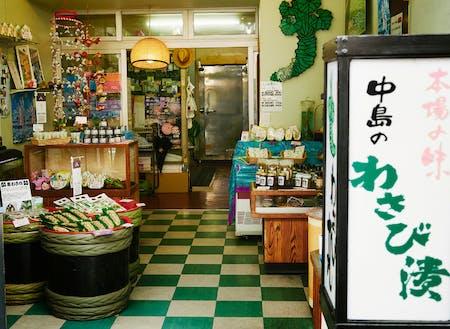 「中島わさび漬製造所」は熱海港のほど近く、渚町に本店を構えています