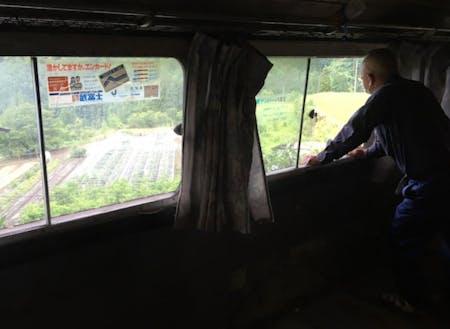 廃バスを利用した部屋から畑を望む