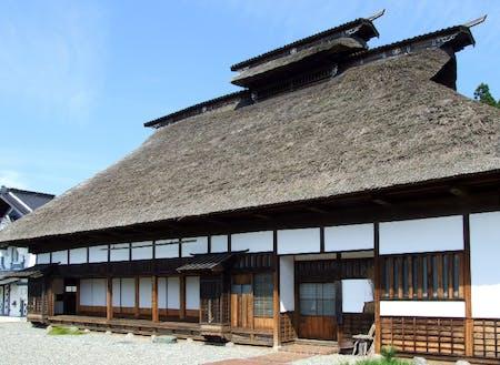 現地での交流会は、気仙大工伝承左官伝承館にて。明治初期の気仙地方の民家を想定し、気仙杉等の地元材で建てられました。