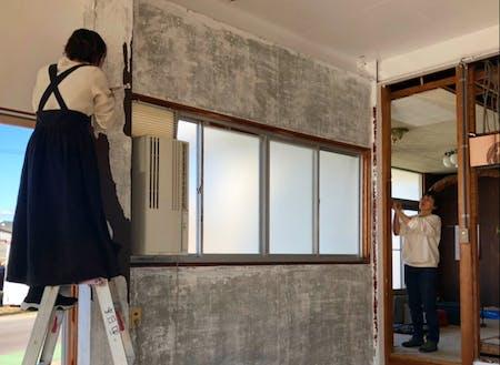 十分に使える施設をお借りし、DIYで壁を抜いたり塗ったり、、
