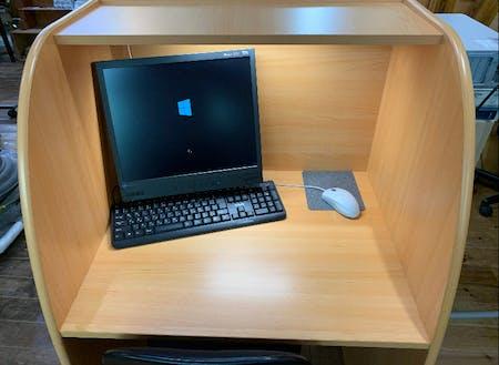 一人一台PCがあり、学習に取り組むことができます