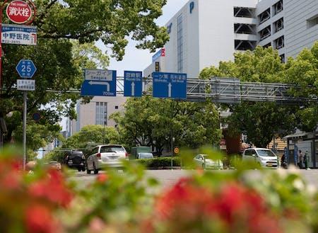 宮崎駅前から中心市街地に行くまでの高千穂通り。オフィスが立ち並んでいます。