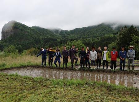 地域の方と協力隊での田植えイベント。様々な分野の協力隊が活動しています。