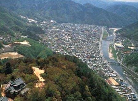 備中松山城と市街地中心部