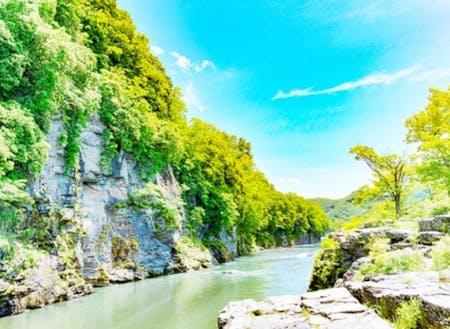 町の観光スポット天然記念物の「岩畳」と荒川渓谷