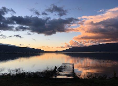 夕焼けに色づく諏訪湖