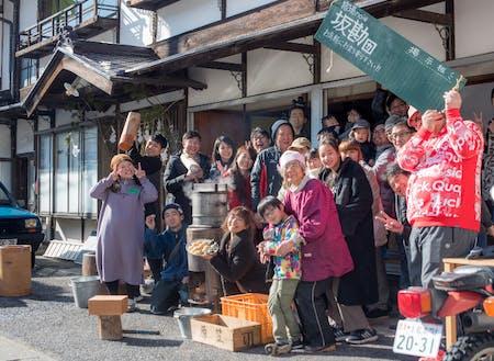 お向かいの母ちゃん(未亡人)と年末に行う餅つき会の様子。地域内外から熟練の技を求めて老若男女が集まります