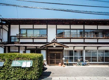 中山道の宿場町の元旅籠。100年前に大火で消失後再建された。坂勘の名は代々襲名された「坂本屋勘助」の略称。