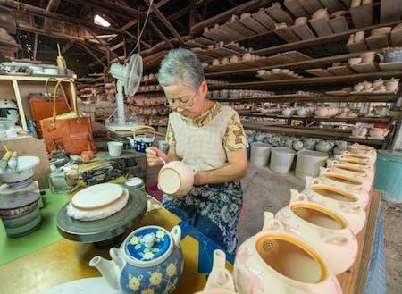 肥前吉田焼『副千製陶所』の職人さん。知り合うと器を愛してしまいます。