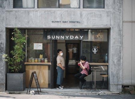 SUNNYDAYHOSTELの玄関。テラスでお茶もできます
