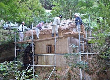 水車小屋の復元の様子