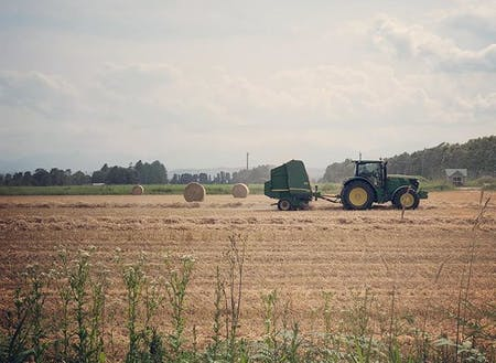 HOUSE MOEWAからは日高山脈の山並みと移ろう四季の畑を望めます。