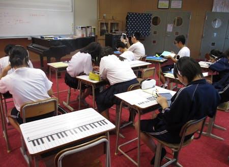 学校内で開講している町営塾「西ノ島学習塾」。Wi-FiとiPadを整備し、個に応じた学習を支援。