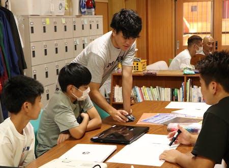イベントで地域の中学生と企画作成をする小野寺選手と古屋選手