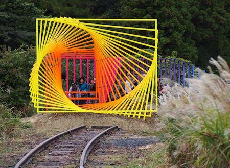 旧蛸島駅近くにある常設作品(2017年制作):トビアス・レーベルガー『Something Else is Possible/なにか他にできる』