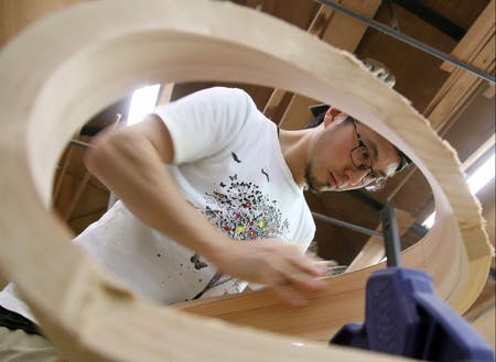 木の板を曲げて家具を作るのが特徴のStudio Jigさん。木の水分量を加味しながら曲げるのは至難の技です。