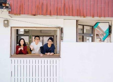 NPO法人 灯す屋の上野さん(左)、佐々木くん(中)、橋本くん(右)。リノベーションした拠点はいつでも相談に行ける歩いてすぐの場所です!