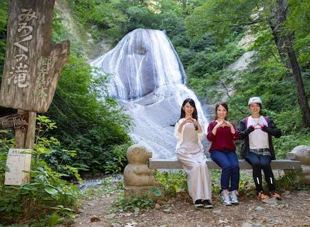 町の中心部から十和田湖に向かう途中にある「みろくの滝」