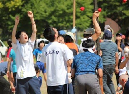 只見町内の運動会で町の方々と交流する生徒たち