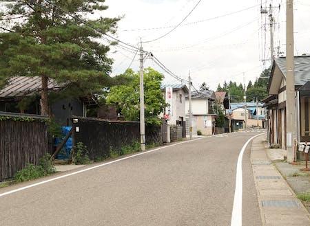 黒塀塗りの古民家が今でも残る岩崎地区の街並み
