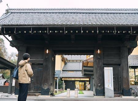 市立図書館の入口には、旧豊岡県庁門が