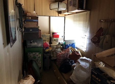 物でいっぱいの寝室と…