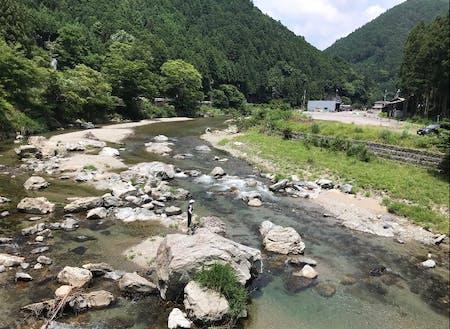 透きとおった川が流れる村です