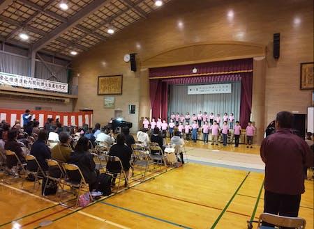 小学校の学習発表会は、地域の文化祭と併催。地域全体で子どもたちを見守ります。