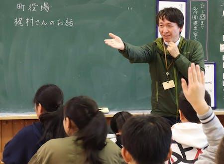 協力隊員による小学校での出張授業の様子