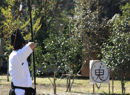 10月に行われた神祭での「弓射式」の様子。