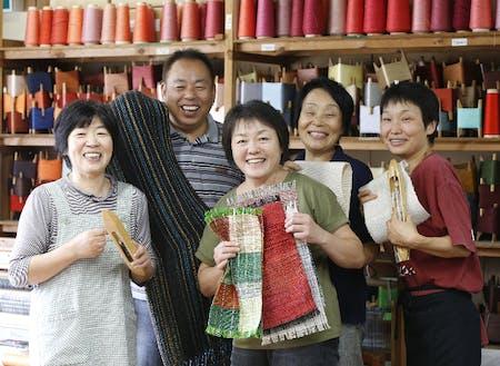 河野裕次さん(左から2番目)