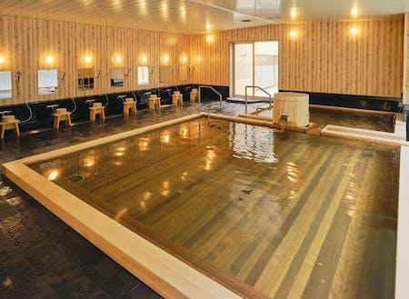 泉質の良さから地元でも愛される温泉。露天風呂もあります。