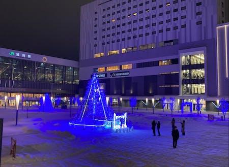 今年はブルーライトアップが駅前広場を彩ります