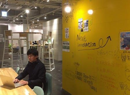 東京と熊本を行き来する柳原さん。写真はコワーキングスペース「未来会議室」にて