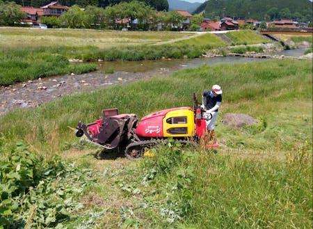 河川敷の草刈りしたり。