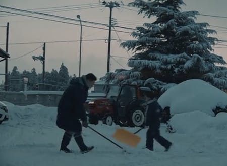 朝は家族で雪かきからスタート!