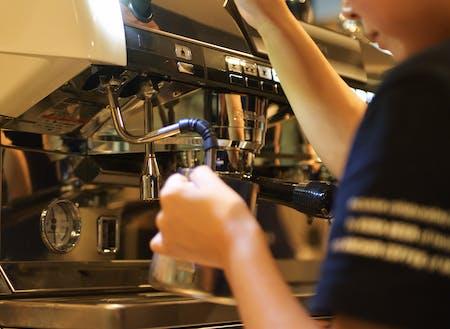 アンカーコーヒーさんの指導で美味しいカフェラテを入れる技術を習得てください。