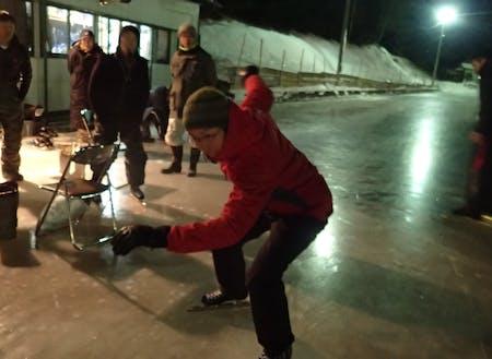 まずはスピードスケートの靴で天然リンクを体験。地元コーチが優しく教えてくれるのでスケート初心者でも大丈夫!